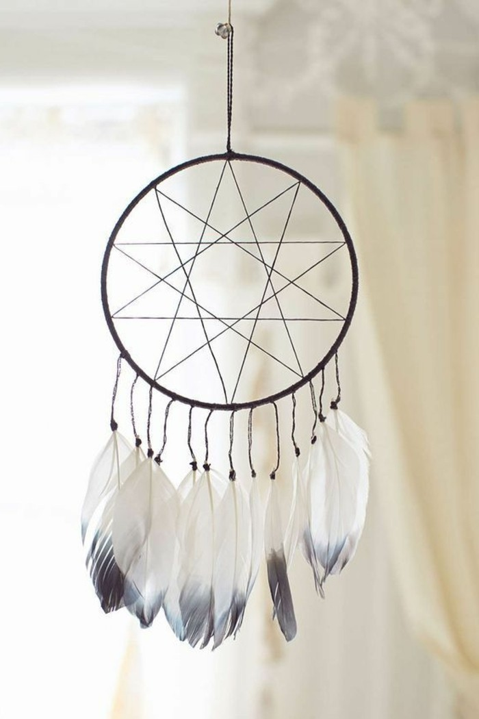 toile-en-forme-d-etoile-plumes-blanches-et-grises-idee-simple-comment-fabriquer-un-attrape-reve