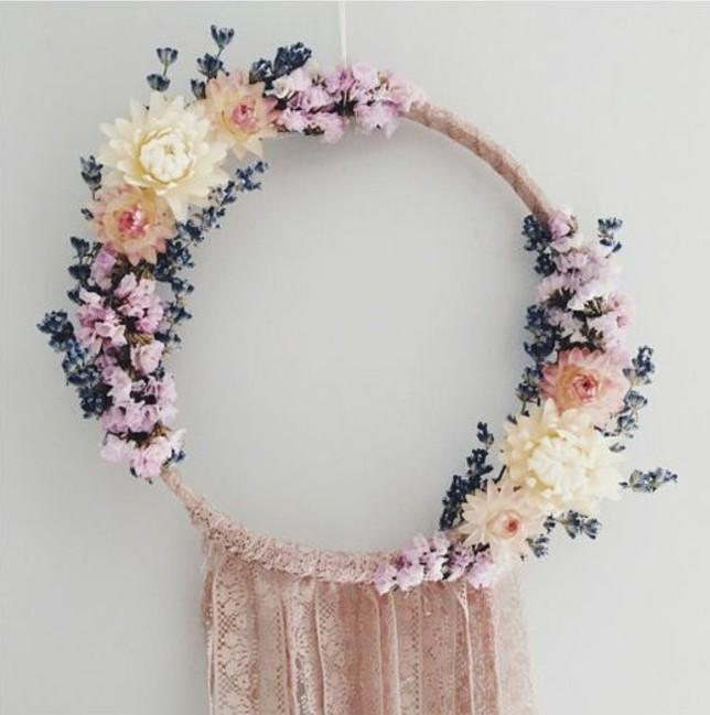tres-belle-idee-comment-decorer-sa-maison-attrape-reve-avec-deco-florale-et-franges-en-dentelle-attrape-dreamcatcher