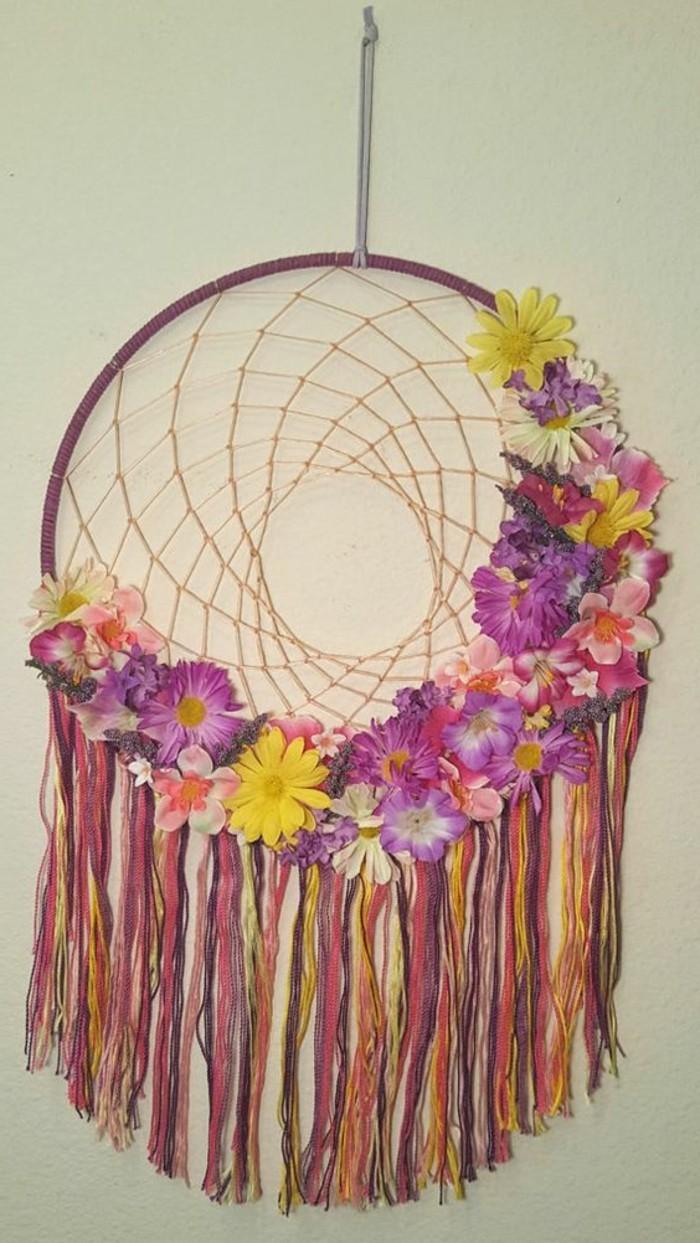 tres-joli-exemple-d-attrape-reve-decore-de-multiples-fleurs-franges-de-differentes-couleurs