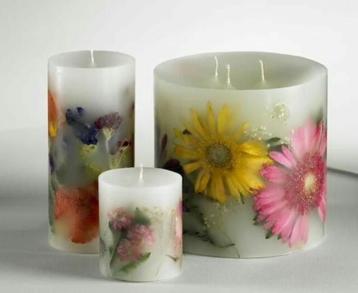 tres-joli-exemple-de-bougies-decorees-de-fleurs-suggestion-extremement-esthetique-pour-decorer-sa-maison-fabriquer-des-bougies-interessantes