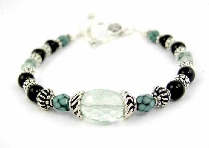 tres-joli-modele-de-bracelet-en-elastique-une-suggestion-tres-elegante-et-idee-de-cadeau-a-faire-soi-meme