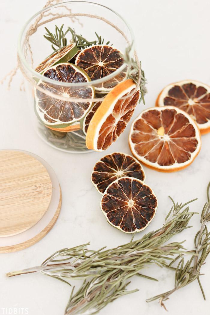 cadeau de noel fait maison en tranches de citron et de lime avec du romarin en pot de verre recyclé, diy cadeau noel