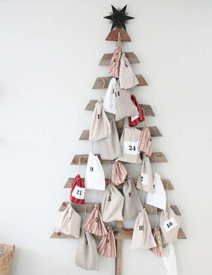un-arbre-de-noel-en-bois-decore-de-petits-sacs-contenant-de-petits-cadeaux-et-friandises-calendrier-de-l-avent-a-fabriquer-soi-meme
