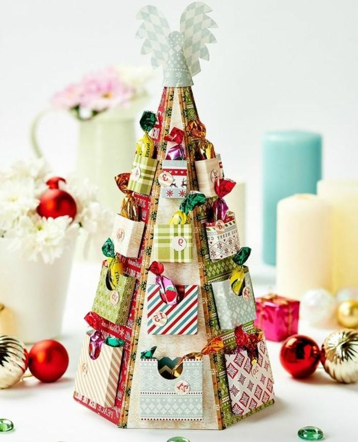 un-cone-en-carton-avec-des-mini-boites-remplis-de-bonbons-fabriquer-un-calendrier-de-l-avent-enfant-suggestion-sympa