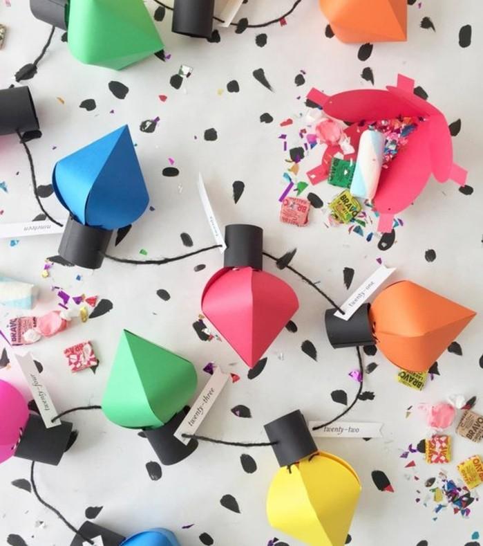 un-calendrier-de-l-avent-en-forme-de-guirlande-multicolore-avec-des-ornements-contenant-des-friandises-suggestion-joyeuse