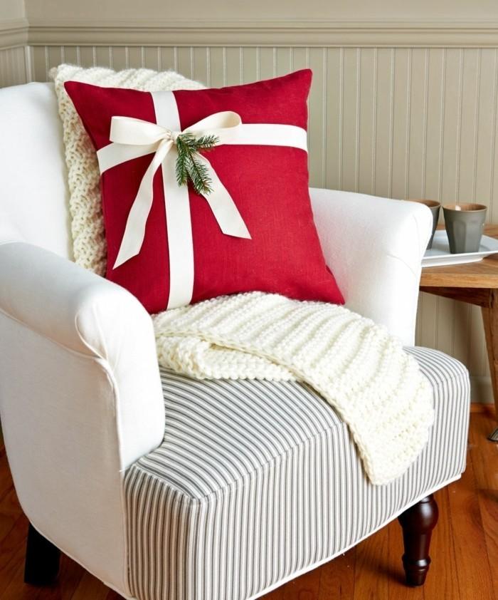 un-coussin-emballe-comme-un-cadeau-housse-rouge-et-joli-ruban-blanc
