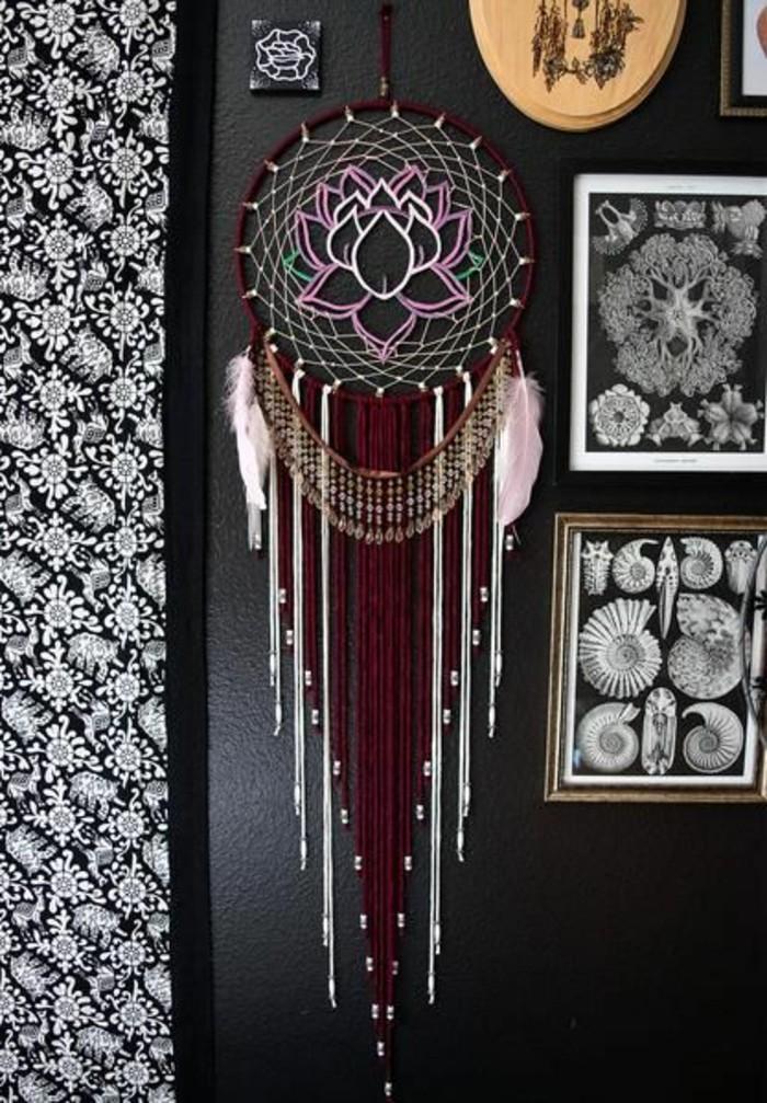 un-gros-attrape-reve-design-plus-sophistique-toile-avec-une-fleur-au-centre-decoration-abondante