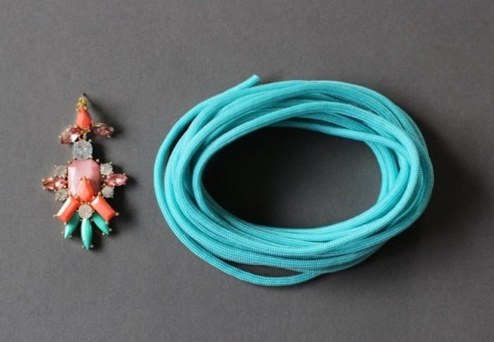 un-joli-bracelet-fabrique-de-paracorde-et-d-une-boucle-d-oreille-cadeau-de-noel-femme