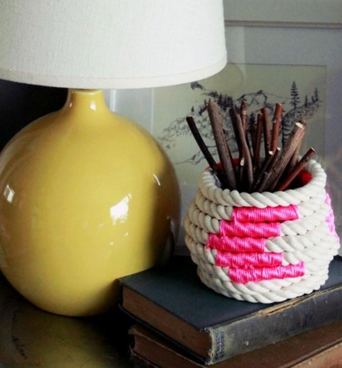un-joli-vase-fait-de-la-corde-blanche-et-decore-d-un-ruban-rose-superbe-idee-cadea-a-faire-soi-meme