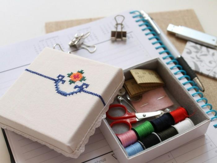 un-kit-de-couture-dans-une-boite-joliment-decoree-cadeau-de-noel-a-faire-soi-meme