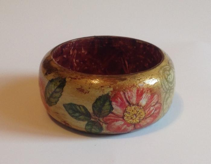 un-magnifique-bracelet-decore-de-motifs-floraux-et-a-l-aide-de-la-technique-deco-patch