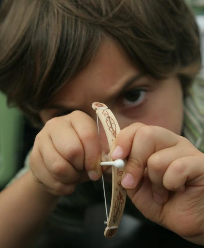 un-mini-arc-et-fleche-idee-mignonne-pour-les-plus-grands-amateurs-du-tir-a-l-arc-comment-fabriquer-un-arc-minuscule