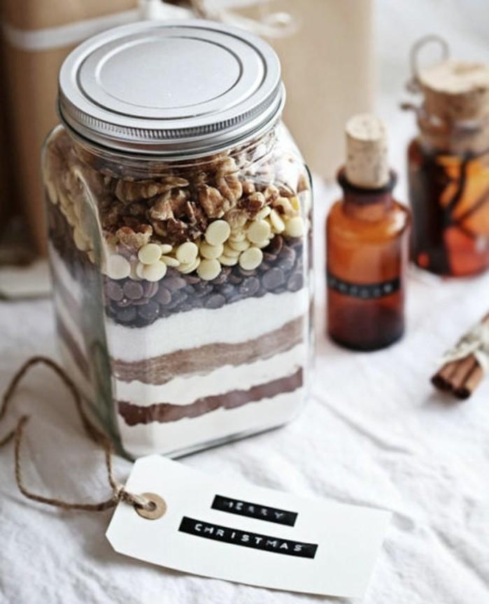 un-mix-brownie-pose-dans-un-pot-idee-delicieuse-de-cadeau-de-noel-a-fabriquer