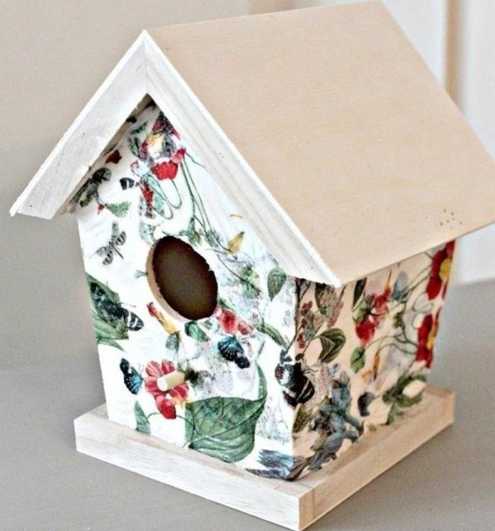 un-nichoir-joliment-decore-a-l-aide-de-la-technique-du-serviettage-collage-de-serviette-a-jolis-motifs-floraux