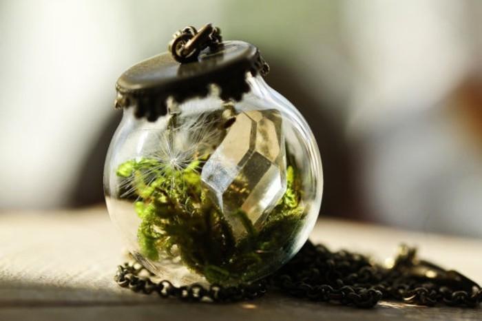 un-petit-bijou-pendentif-representant-un-mini-terrarium-plante