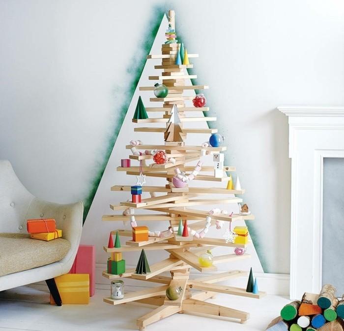 un-sapin-en-bois-compose-de-planches-de-bois-clair-une-suggestion-design-pour-decorer-votre-appartement