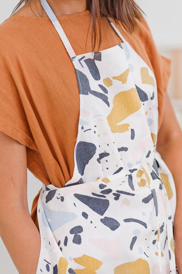 cadeau fête des mères a faire soi meme, tablier customisé de taches de peinture, idee cadeau pour personne qui aime faire la cuisine