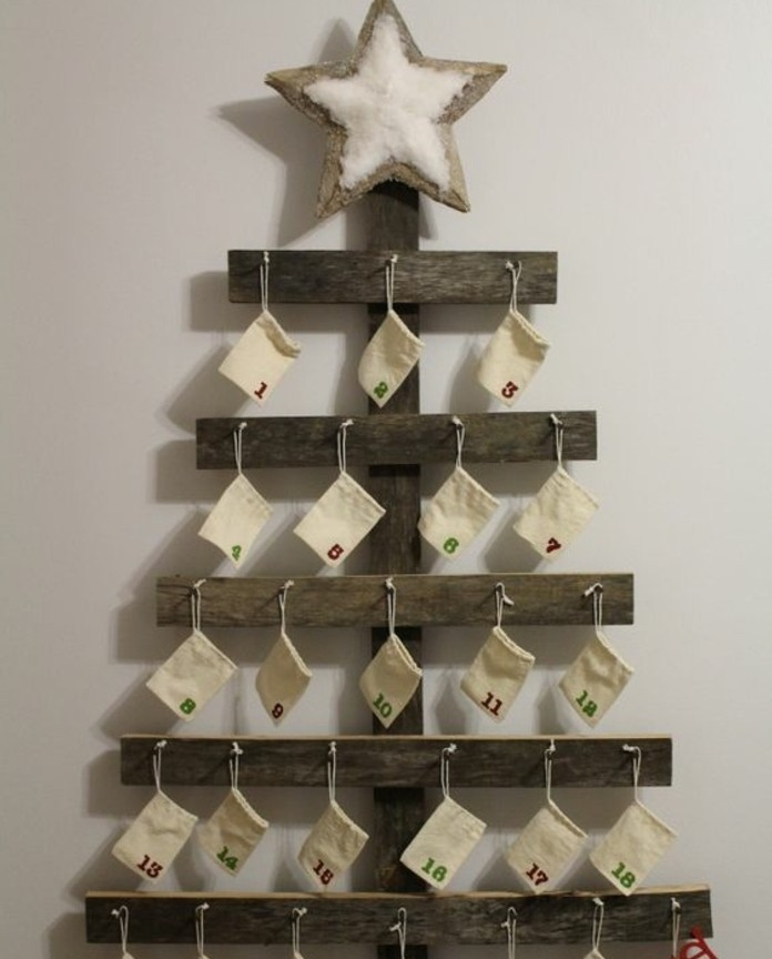 un-arbre-de-noel-compose-de-planches-de-bois-et-petites-pochettes-blanches-numerotes-super-idee-de-calendrier-de-l-avent-a-fabriquer