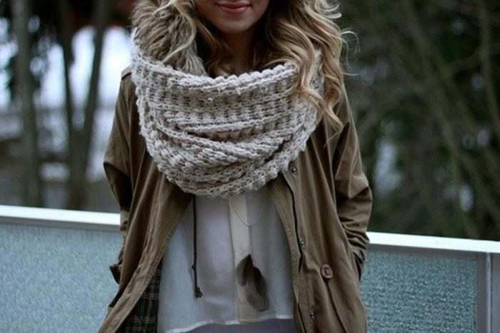 une-echarpe-a-tricoter-pour-comme-un-moyen-de-protection-contre-le-froid-cadeau-de-noel-a-faire-soi-meme