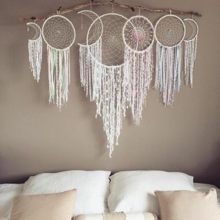 une-belle-composition-de-plusieurs-attrape-reves-accroches-au-dessus-d-un-lit-design-esthetique