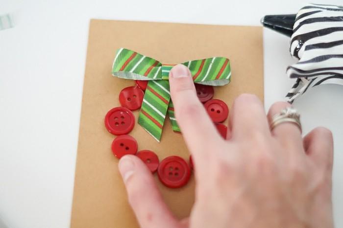 une-carte-de-noel-a-faire-soi-meme-de-maniere-tres-facile-avec-des-boutons-rouge-et-ruban