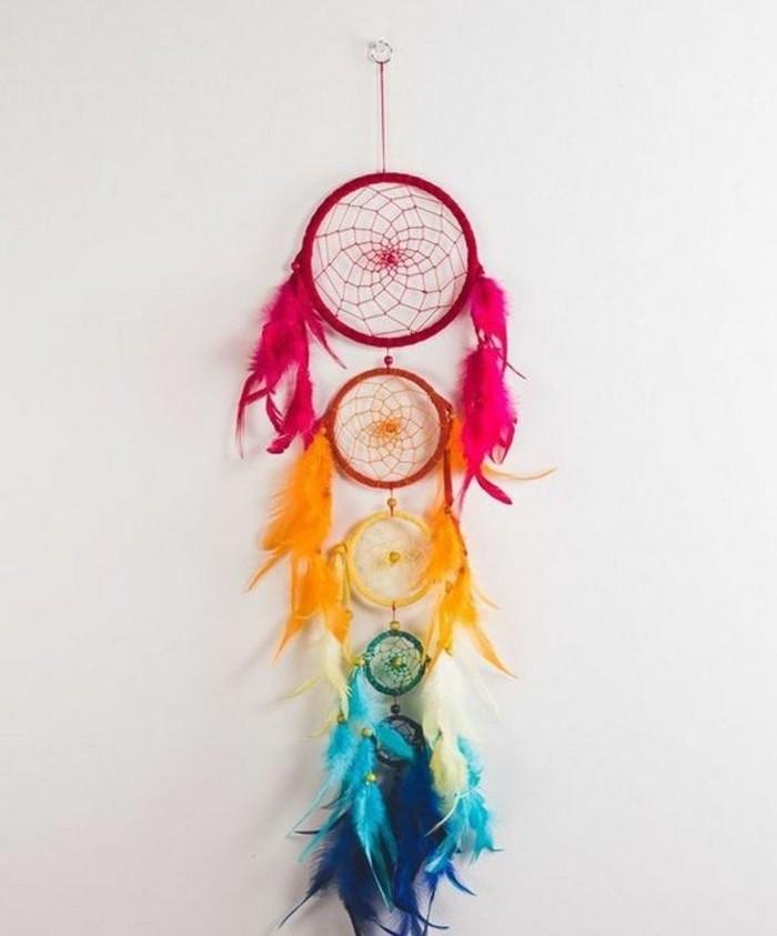 une-chaine-d-attrape-reves-de-taille-et-de-couleurs-differentes-petites-plumes-decoratives