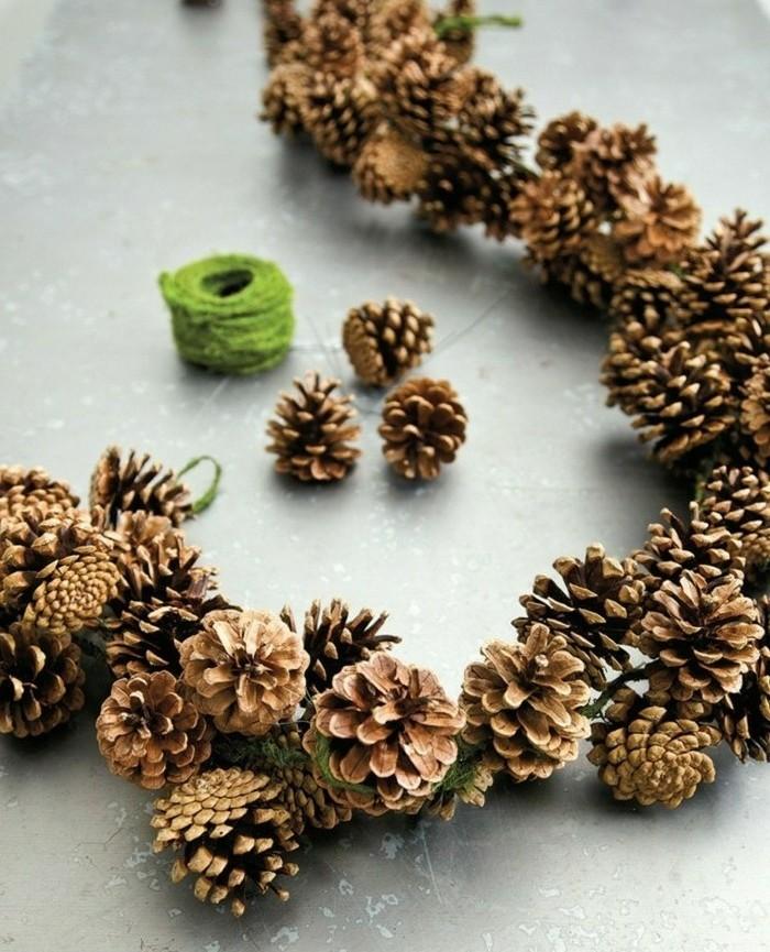 une-guirlande-compose-de-pommes-de-pin-reunis-par-une-ficelle-verte-deco-noel-a-fabriquer
