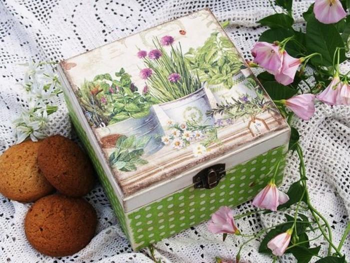 une-jolie-boite-a-biscuits-serviettage-application-de-superbes-motifs-estivales-cadeau-a-faire-soi-meme-suggestion-sympa