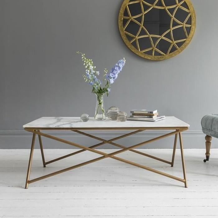 une-jolie-table-basse-en-marbre-blanc-avec-pietement-geometrique-en-fer