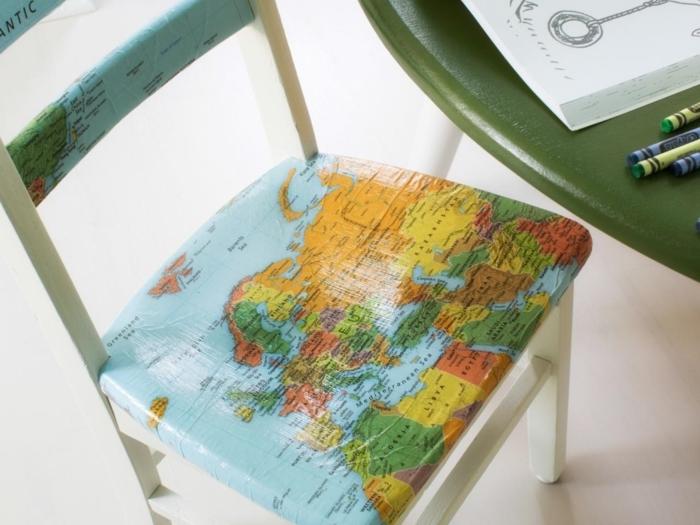 une-simple-chaise-blanche-customisée-papier-decopatch-avec-des-motifs-d-une-carte-geographique-idee-relooker-un-meuble-creative