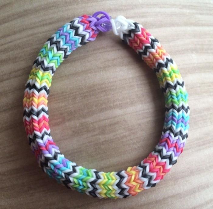 une-suggestion-tres-coloree-de-bracelet-en-elastique-de-plusieurs-couleurs