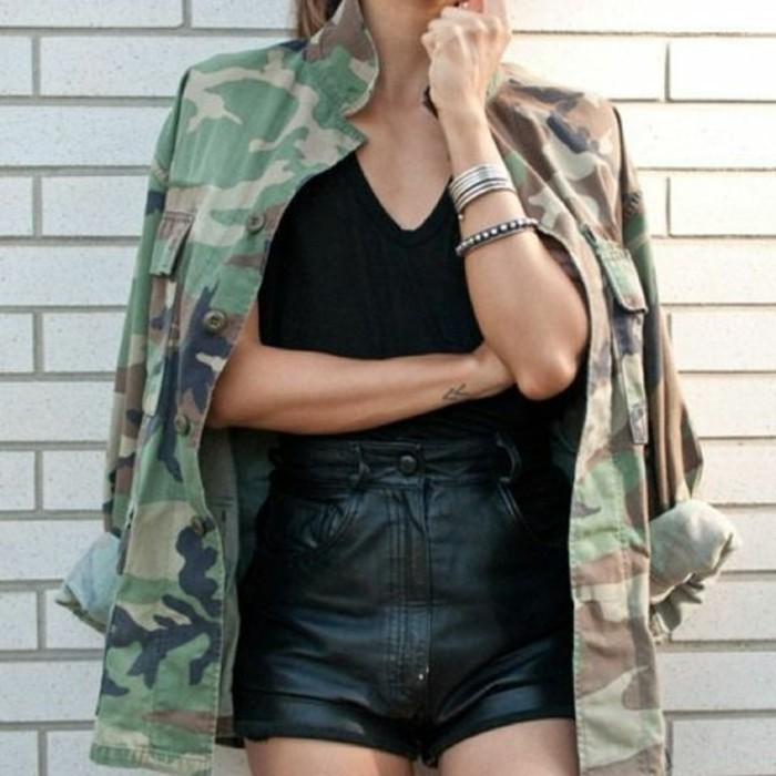 veste-camouflage-femme-look-noir-short-en-cuir