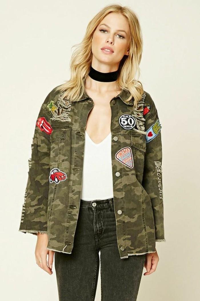 veste-camouflage-femme-revisitee-ecussons-patches
