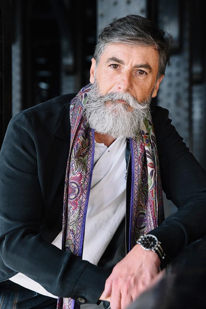 vieux-hipster-fashion-entetien-barbe-homme-elegant