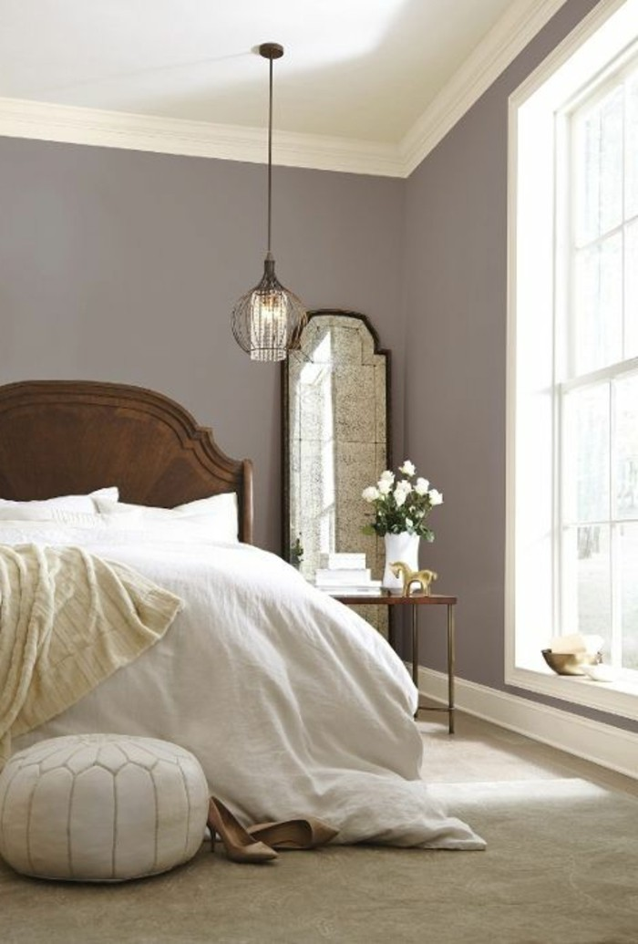 w-couleur-taupe-clair-grande-fenetre-lit-de-bois-table-et-mirroir-rustiques