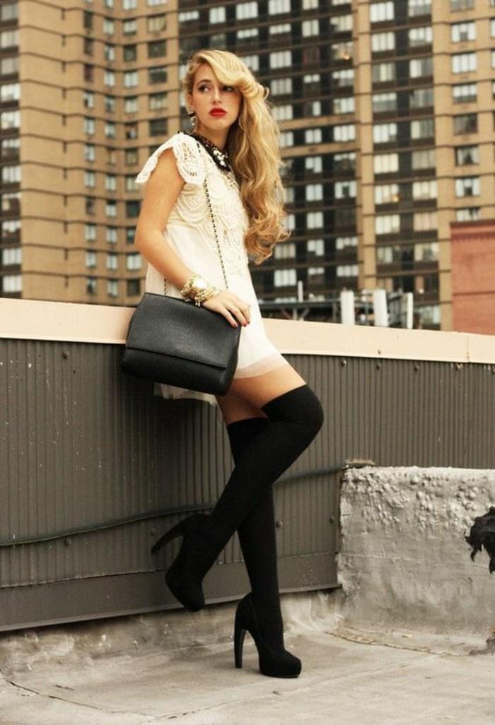 eleganante-robe-blanche-en-dentelle-chaussettes-hautes-escarpins