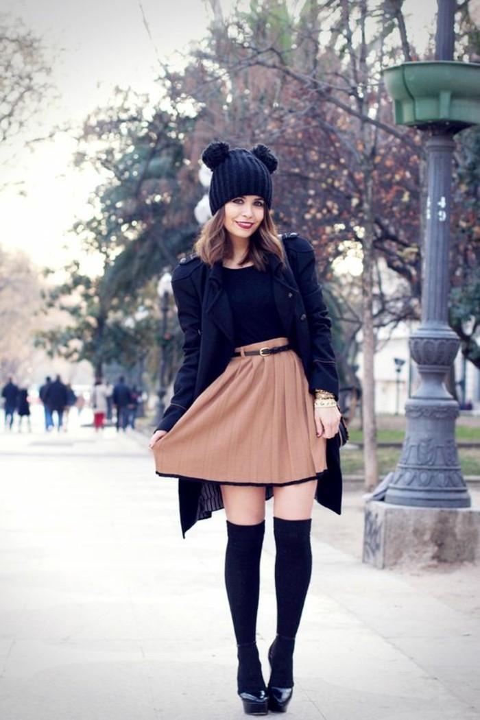 elegante-tenue-mode-de-la-rue-jupe-evasee-couleur-camel-chaussettes-hautes-noires-bonnet-original