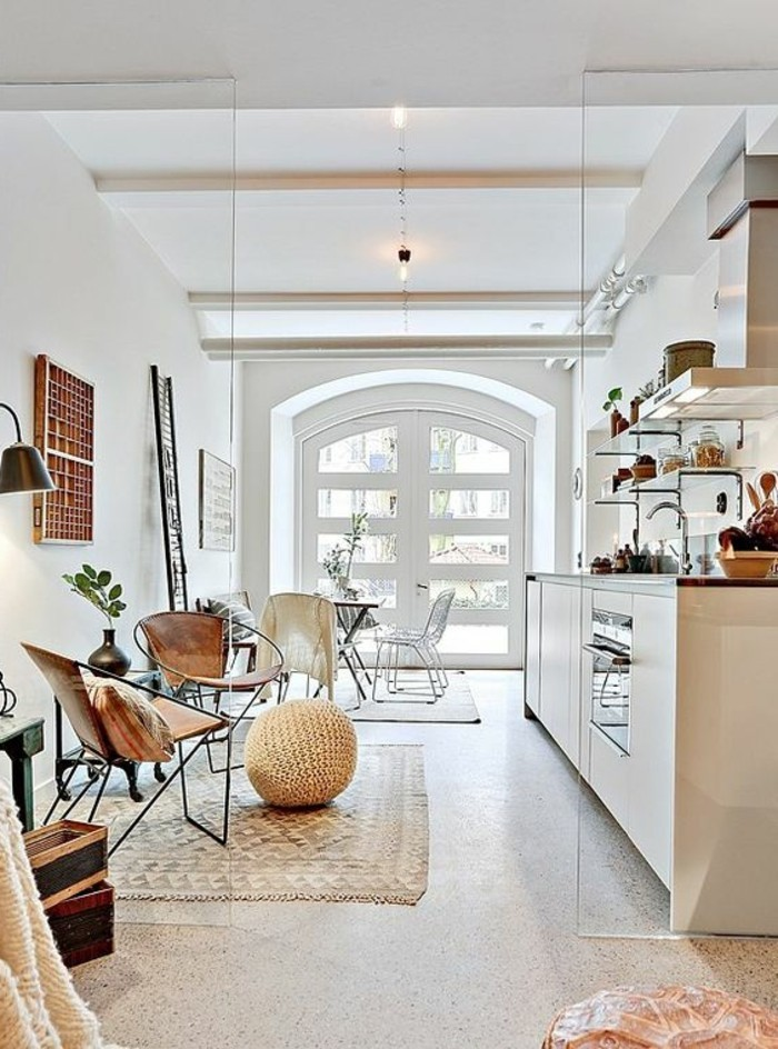 0-amenagement-en-longueur-idee-deco-salle-a-manger-et-salon-tapis-beige-tabouret-en-rotin