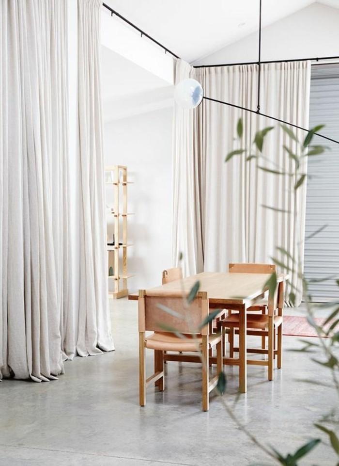 0-amenagement-salon-salle-a-manger-meubles-en-bois-clair-sol-en-beton-cire-rideaux-longs-blancs