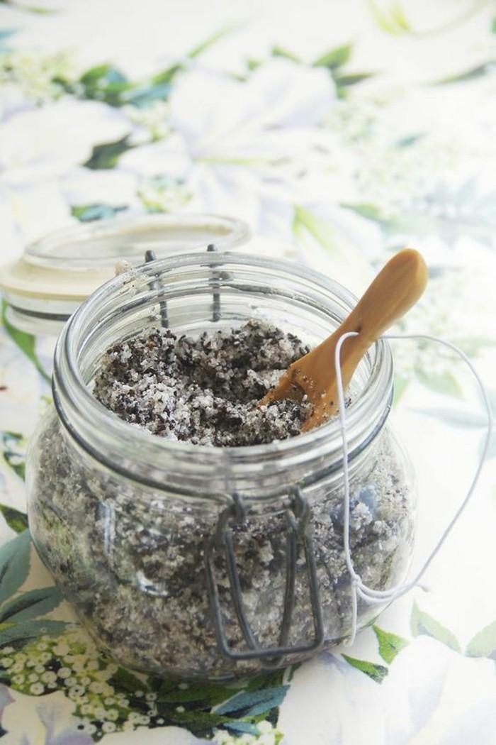 gommage-visage-maison-huile-de-noix-de-coco-et-sucre-dans-un-bocal