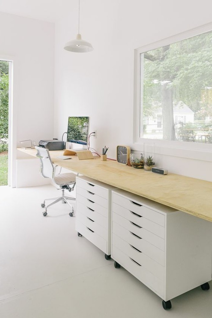 1-amenager-une-chambre-en-longueur-bureau-de-travail-domicil-bureau-en-bois-clair-chaise-blanche