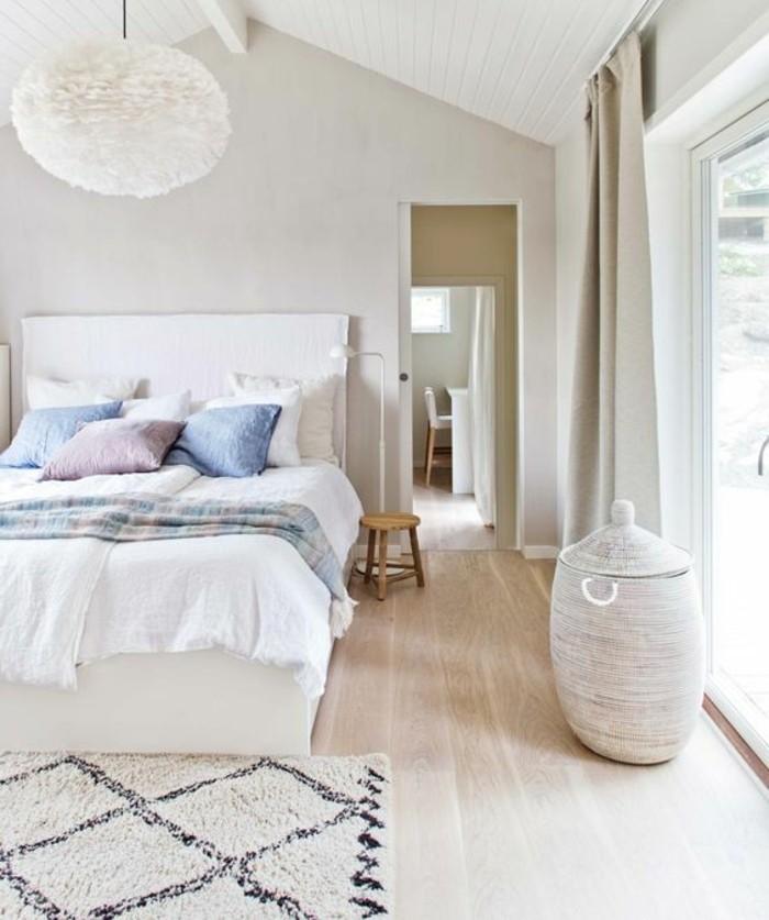 1-chambre-a-coucher-design-scandinave-sol-en-parquet-clair-tapis-beige-coussins-de-lit