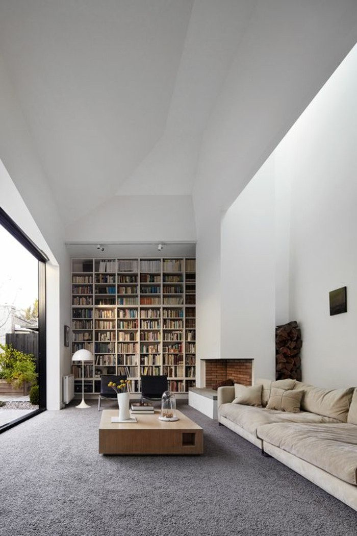 1-salon-tapis-gris-table-en-bois-clair-canape-en-longueur-beige-table-basse-design-en-bois