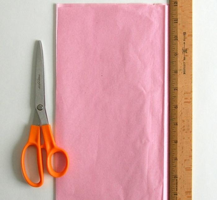 preparer-cinq-feuilles-de-papier-rose-pour-faire-votre-fleur-en-papier-de-soie