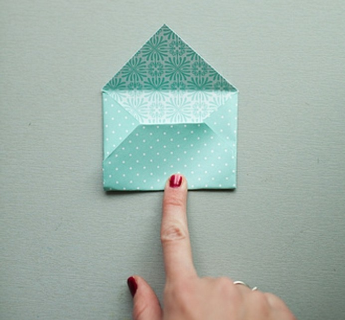 plier-le-point-de-la-partie-inferieure-pour-fabriquer-une-enveloppe-miniature