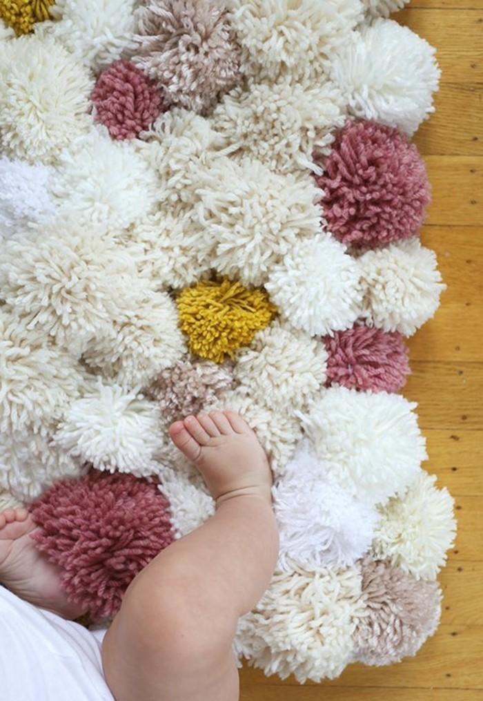 comment-faire-un-pompon-bebe-tapis-en-laine-confortable