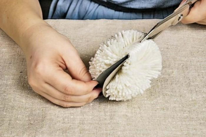 comment-faire-un-pompon-en-laine-ciseau-couper