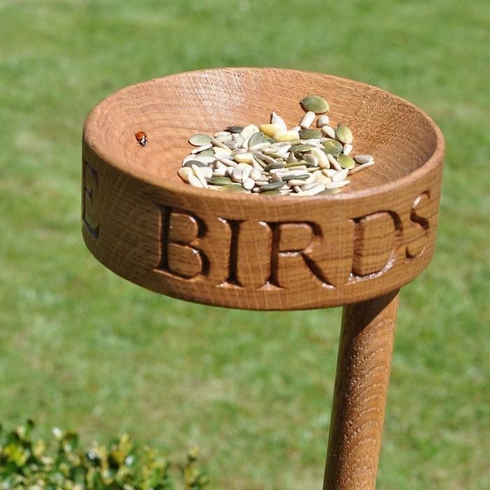 abri-oiseaux-mangeoir-en-bois-lettres-decoratives-coccinelle