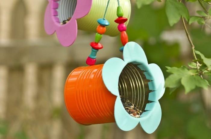 abri-oiseaux-mangeoir-en-recipient-metallique-cylindrique-multicolore