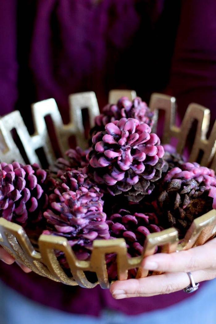 comment faire une jolie décoration en pommes de pin peints, idée que peut on faire avec des pommes de pin